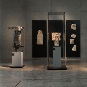 """Blick in den Raum """"Kunst und Form"""" mit dem Relief des Tjeti"""