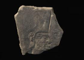 Steinernes Relief mit nach rechts blickendem Königskopf