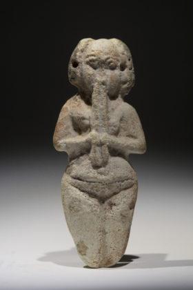 Kleine Fayencefigur einer oboespielenden Nubierin