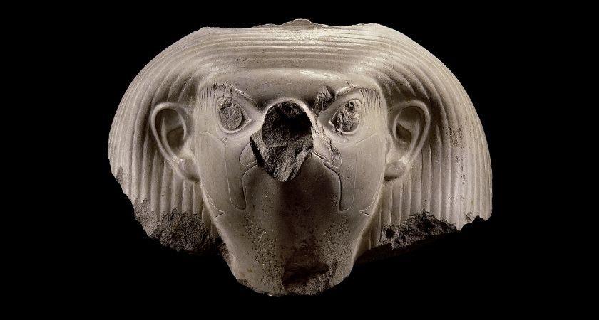 Kopf einer Falkenstatue mit Ohren aus weißem Kalkstein