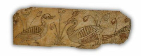 Ein Stück Elfenbein mit geschnitzten Enten und Pflanzen
